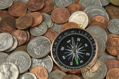 Bussola sulle monete Fotografie Stock Libere da Diritti