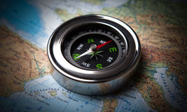 Bussola turistica che si trova su una mappa Fotografie Stock Libere da Diritti
