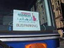 Bussparkeringstillstånd, mars för kvinna` s, NYC, NY, USA arkivbilder