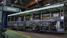 Bussproduktiontillverkning plats Sikt av skelettet av bussen på den industriella transportväxten arkivfilmer