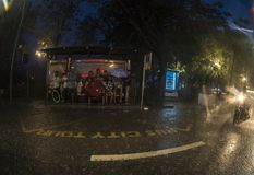 Bussstation i regnet Royaltyfria Foton