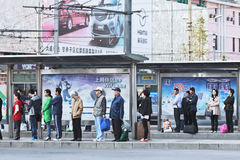 Bussstation med stora affischtavlor, Dalian, Kina Royaltyfri Fotografi
