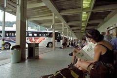 Bussstation och handelsresande, Teresopolis, Brasilien Royaltyfri Foto