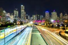 Bussstation och moderna byggnader på natten Royaltyfria Bilder