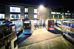 Bussstation på natten Arkivbild