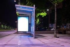 Busstation bij nacht Stock Afbeeldingen