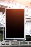 Busstationaanplakborden, zwarte aanplakborden in lege metro Stock Foto's