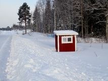 Busstop在Björkmo -胡迪克斯瓦尔 库存照片