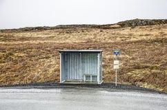 Busstop in een troosteloos landschap stock afbeeldingen