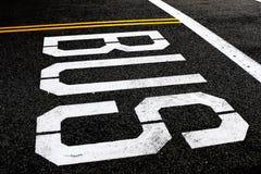 Busstoppschild auf einer Straße stockfotografie