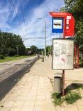 Busstoppschild und -zeitplan stockbild