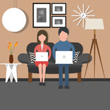 Bussy arbete för mankvinnapar på vardagsrum för stol för bärbar datorsammanträdesoffa Royaltyfri Bild