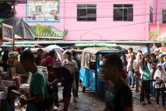 Bussy gata av den Indonesien Jakarta marknaden mycket av folk och medlet arkivbilder