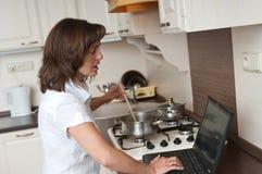 bussy home kvinnaarbete arkivbilder