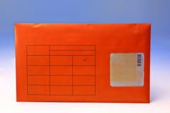 Busta arancio isolata su fondo bianco con il percorso di ritaglio Immagini Stock