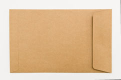 Busta in bianco della carta marrone isolata su fondo bianco Immagini Stock