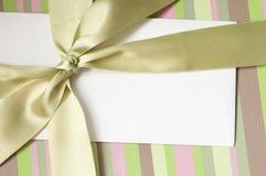 Busta in bianco sul contenitore di regalo Immagine Stock