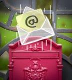 Busta con il segno del email che cade nella cassetta delle lettere Immagini Stock Libere da Diritti