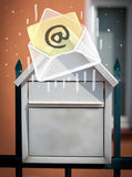 Busta con il segno del email che cade nella cassetta delle lettere Fotografia Stock