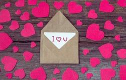 Busta con la carta ed il testo ti amo e cuori rossi per valent Fotografia Stock Libera da Diritti