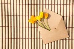 Busta della carta kraft con un messaggio in bianco e con bello Immagini Stock