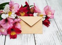 Busta di carta con i fiori di alstroemeria Fotografie Stock Libere da Diritti