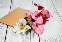 Busta di carta con i fiori di alstroemeria Fotografia Stock Libera da Diritti