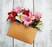 Busta di carta con i fiori di alstroemeria Immagine Stock