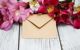 Busta di carta con i fiori di alstroemeria Immagine Stock Libera da Diritti