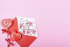 Busta felice della lettera di amore di giorno di biglietti di S. Valentino fotografia stock