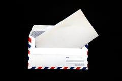 Busta isolata di posta aerea con il documento in bianco dell'annata immagini stock libere da diritti