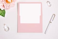Busta rosa con una vibrazione rettangolare aperta, modello Inceri la decorazione della guarnizione, della penna, del fiore e di n Immagine Stock Libera da Diritti