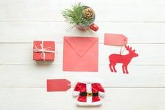 Busta rossa con la raccolta degli oggetti di Natale Immagine Stock