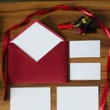 Busta rossa con lo spazio in bianco di notecard per la vostra copia fotografia stock