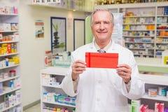 Busta senior sorridente della tenuta del farmacista Fotografie Stock Libere da Diritti