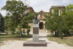Buste de Lev Golitsyn près de la rédaction du ` de station thermale d'Evpatoria de ` de journal sur Lénine Prospekt dans la ville Photographie stock libre de droits