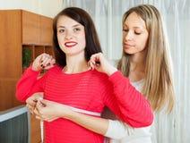 Buste de mesure de fille d'amie avec la bande de mesure Image libre de droits