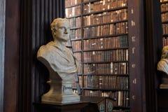 Buste de Newton dans l'université de trinité Photographie stock libre de droits