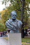 Buste de Victor Hugo dans le jardin d'ermitage au centre de Moscou photo libre de droits
