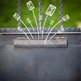 Buste disegnate a mano che escono da una cassetta delle lettere Fotografie Stock Libere da Diritti