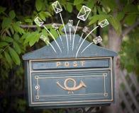 Buste disegnate a mano che escono da una cassetta delle lettere Immagini Stock