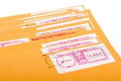 Buste gialle della posta con le lettere Fotografie Stock