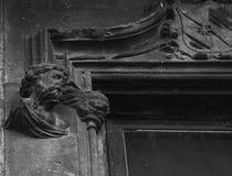 Buste masculin avec l'ange par la fenêtre photographie stock libre de droits