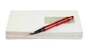 Buste per le lettere e la penna fotografie stock libere da diritti