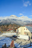 从Busteni市,与十字架的Bucegi的喀尔巴阡山脉视图 库存照片