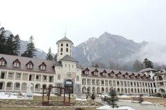 从Busteni罗马尼亚围场视图的Caraiman修道院 库存照片