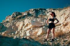 Bustier, шорты и солнечные очки спорт холодной Sportive женщины нося Стоковые Фото