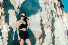 Bustier, шорты и солнечные очки спорт холодной Sportive женщины нося Стоковое фото RF