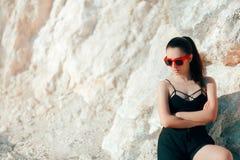 Bustier, шорты и солнечные очки спорт холодной Sportive женщины нося Стоковое Изображение RF