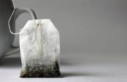 Bustina di tè con la tazza bianca Fotografie Stock Libere da Diritti